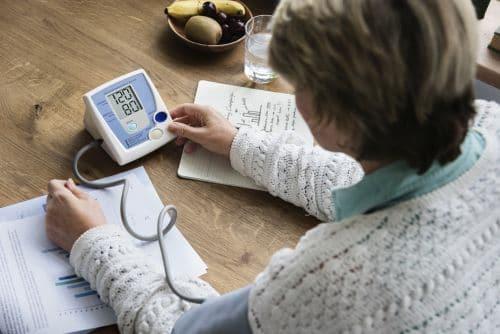 Blutdruck senken Hausmittel - Knoblauch, Ingwer..